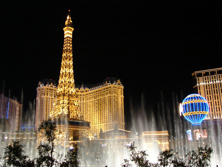 las%20vegas%20paris%20hotel%20at%20night[1]